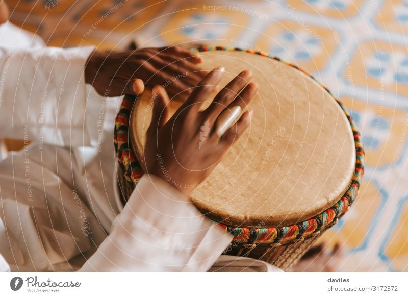 Djembe spielender Mann in Marokko, Afrika. exotisch Entertainment Musik Handwerk Seil Mensch 1 Kunst Kultur Musiker Schlagzeug Holz Tradition Knall Bongo