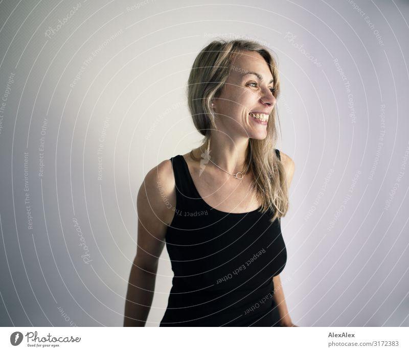 Portrait einer lächelnden Frau Stil Freude schön Leben Wohlgefühl Junge Frau Jugendliche Erwachsene 30-45 Jahre Trägershirt blond langhaarig Lächeln lachen