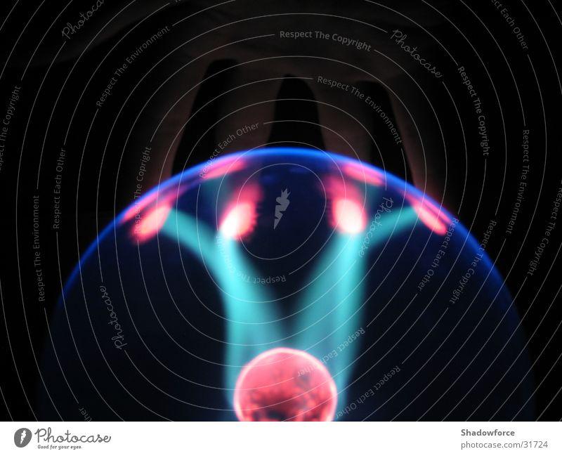 Plasmafire6 Blitze Licht Beleuchtung dunkel Blitzkugel Wissenschaften Kugel Glas Lichtblitze Plasmakugel