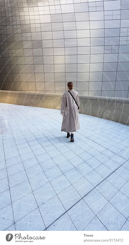 she walks alone/ Frau geht allein auf sonst menschenleerem futuristisch anmutendem Platz Erwachsene 1 Mensch 18-30 Jahre Jugendliche Architektur gehen Beginn
