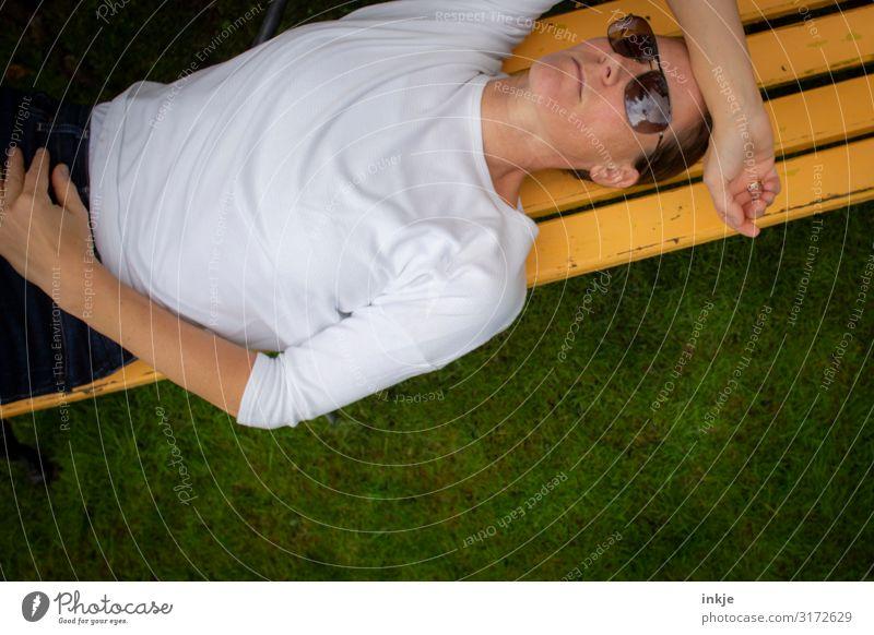 Weltschmerz Generation X Lifestyle Stil Erholung ruhig Freizeit & Hobby Garten Gartenbank Bank Holzbank Frau Erwachsene Leben Gesicht Arme Oberkörper 1 Mensch