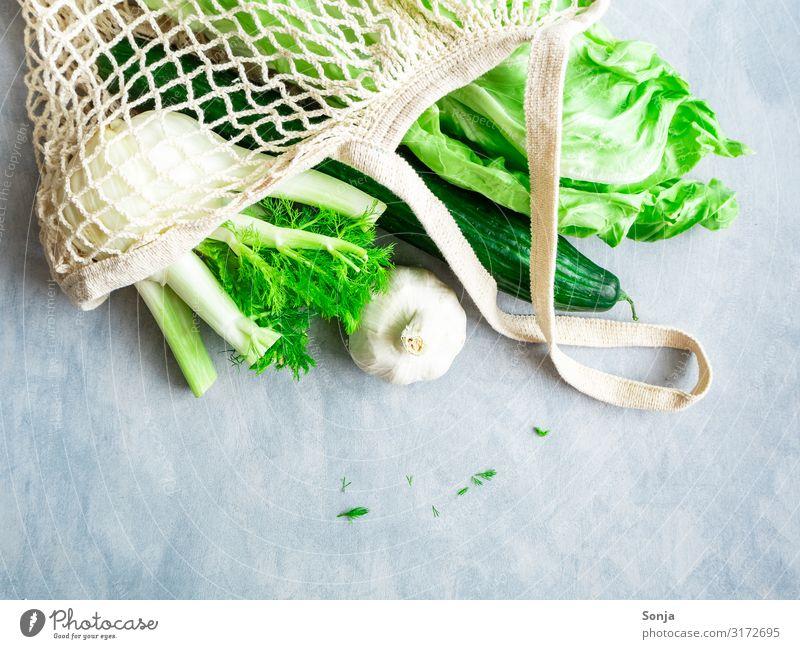 Grünes Gemüse in einer wiederverwendbaren Einkaufstasche Lebensmittel Salat Salatbeilage Zuckerhut Gurke Fenchel Ernährung Bioprodukte Vegetarische Ernährung