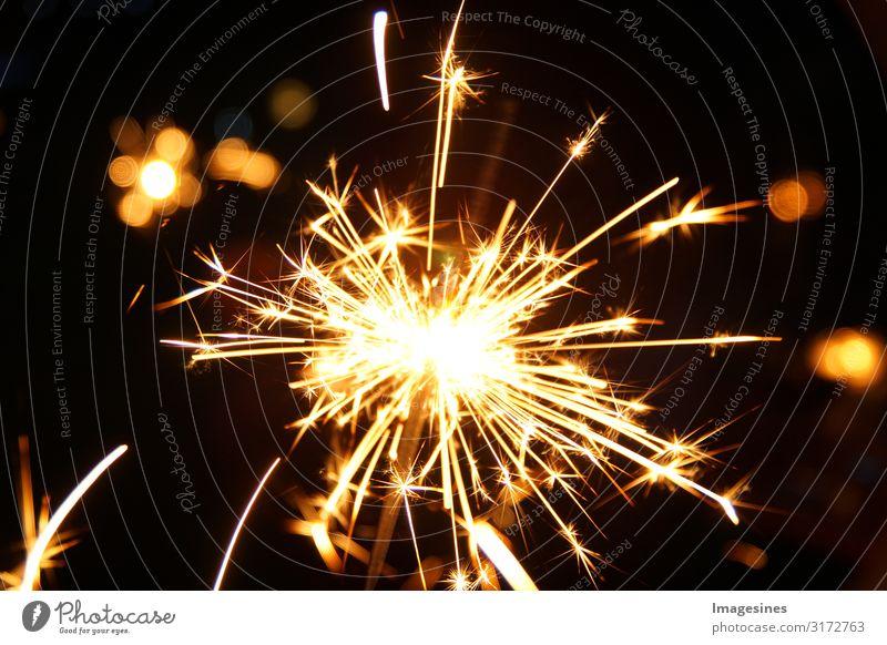 brennende Wunderkerzen. Silvester Hintergrund. Feuerwerk. Frohes neues Jahr und Frohe Weihnachten Konzept. 2021 abstrakt Jubiläum jährliches Ereignis