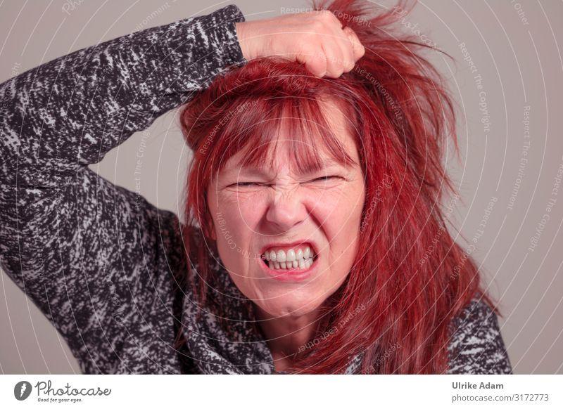 Frau ist wütend Mensch rot Erwachsene natürlich feminin Gefühle Kopf Stimmung 45-60 Jahre bedrohlich Zähne Wut Schmerz langhaarig schreien