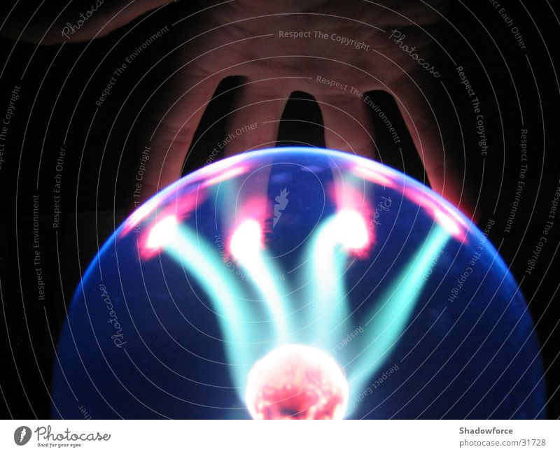 Plasmafire1 Hand dunkel Beleuchtung Glas Wissenschaften Kugel Blitze Blitzkugel