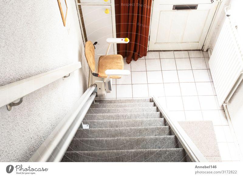 Automatischer Treppenlift im Treppenhaus für ältere Menschen Lifestyle Design Wohnung Haus Stuhl Gebäude Architektur Fahrstuhl alt modern Sicherheit heben