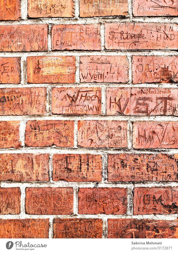 Backsteinmauer Umwelt Bauwerk Fassade Zeichen Schriftzeichen Ziffern & Zahlen Graffiti orange Romantik Vergangenheit Farbfoto Außenaufnahme