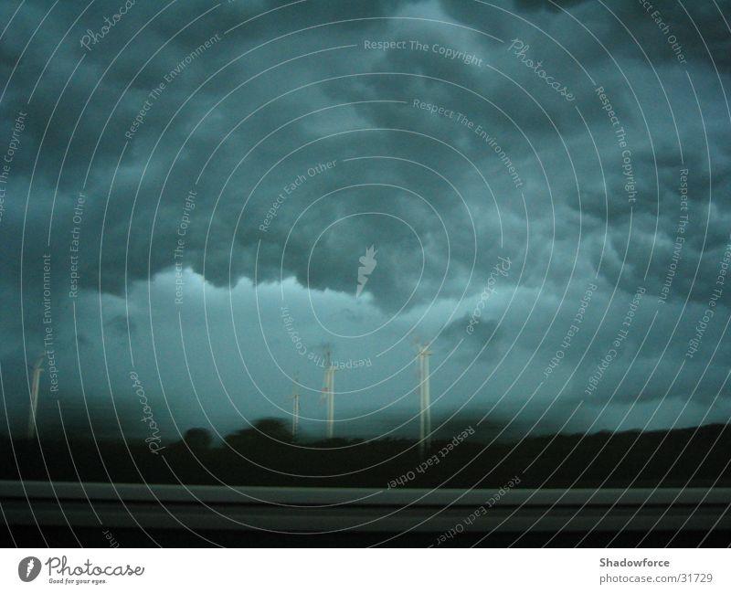 Sturmfront I Himmel Wolken dunkel grau Regen Wind bedrohlich Sturm Windkraftanlage Autobahn Gewitter Unwetter