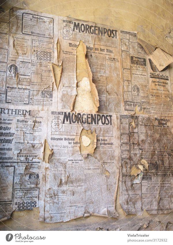 Post von gestern Medienbranche Druckmaschine Zeitmaschine Printmedien Zeitung Zeitschrift lesen Mauer Wand Fassade Papier Stein Schriftzeichen alt historisch