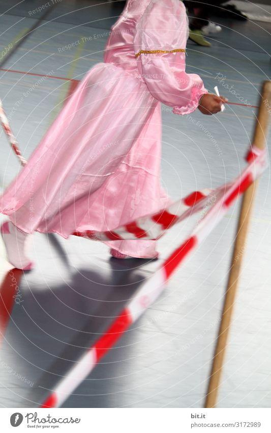 verfahrende Prinzessin Mensch feminin Kind Mädchen laufen Karneval Barriere Ganzkörperaufnahme Halbprofil geschlossene Augen Absperrband Kindheit drinnen