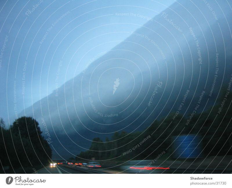 Sturmfront II Himmel Wolken dunkel grau Regen Wind bedrohlich Sturm Windkraftanlage Autobahn Gewitter Unwetter