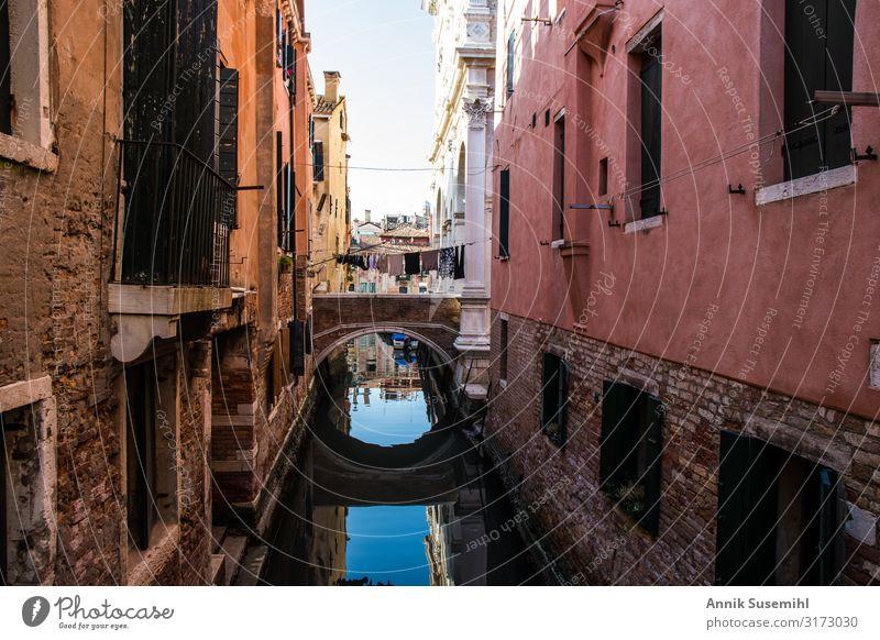 kleine Brücke zwischen Palazzi in Venedig mit Spiegelung Ferien & Urlaub & Reisen Tourismus Sightseeing Städtereise Kreuzfahrt Insel Architektur Stadt