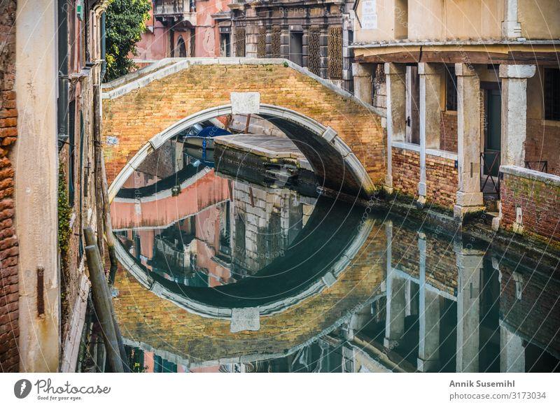 Kleine Brücke mit Spiegelung an einem Kanal in Venedig Ferien & Urlaub & Reisen Tourismus Sightseeing Städtereise Kreuzfahrt Meer Bildung Wasser Insel Stadt