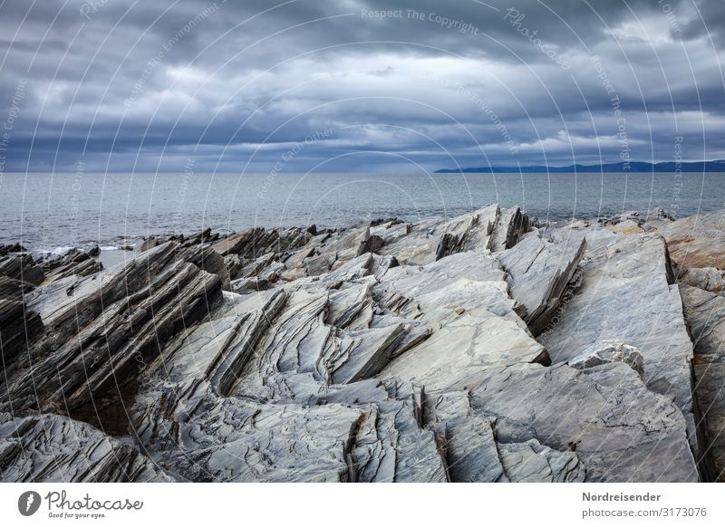 Barentssee Ferien & Urlaub & Reisen Abenteuer Ferne Meer Insel Natur Landschaft Urelemente Wasser Wolken Gewitterwolken Wetter Regen Felsen Küste Fjord dunkel