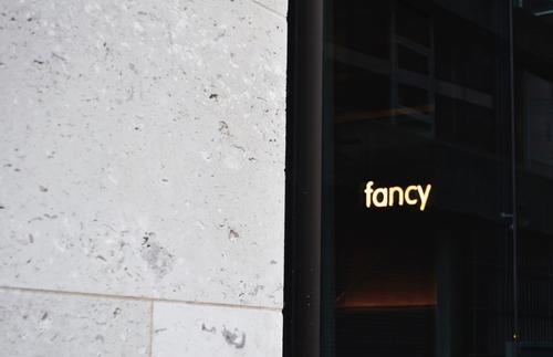 Ich fühl mich heut so fancy Menschenleer Haus Bauwerk Gebäude Architektur Fassade Stein Beton Glas Zeichen Schriftzeichen Schilder & Markierungen Hinweisschild