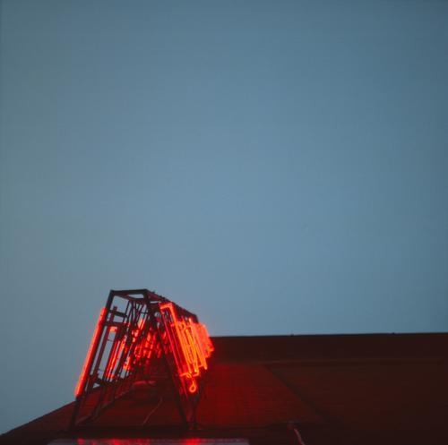 Palladium alt blau Stadt rot Haus dunkel Wand Gebäude Mauer leuchten Schriftzeichen Schilder & Markierungen hoch Hinweisschild historisch Zeichen