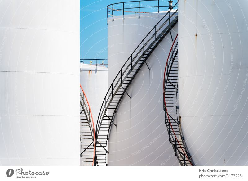 Weiße Lagertanks Fabrik Wirtschaft Industrie Güterverkehr & Logistik Energiekrise Metall Stahl blau weiß Tank Vorratsbehälter Ölraffinerie Erdöl Rohöl