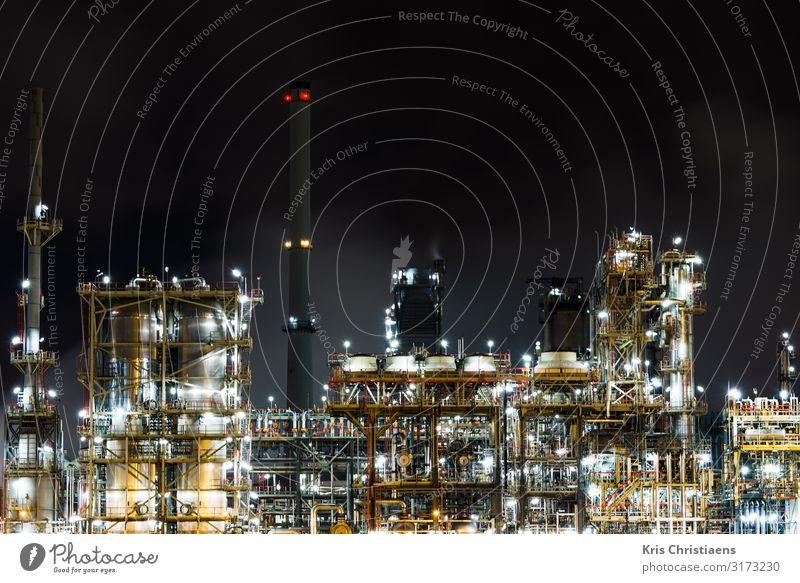 Petrochemieanlage bei Nacht Arbeit & Erwerbstätigkeit Fabrik Wirtschaft Güterverkehr & Logistik Energiewirtschaft Business Maschine Energiekrise Industrie