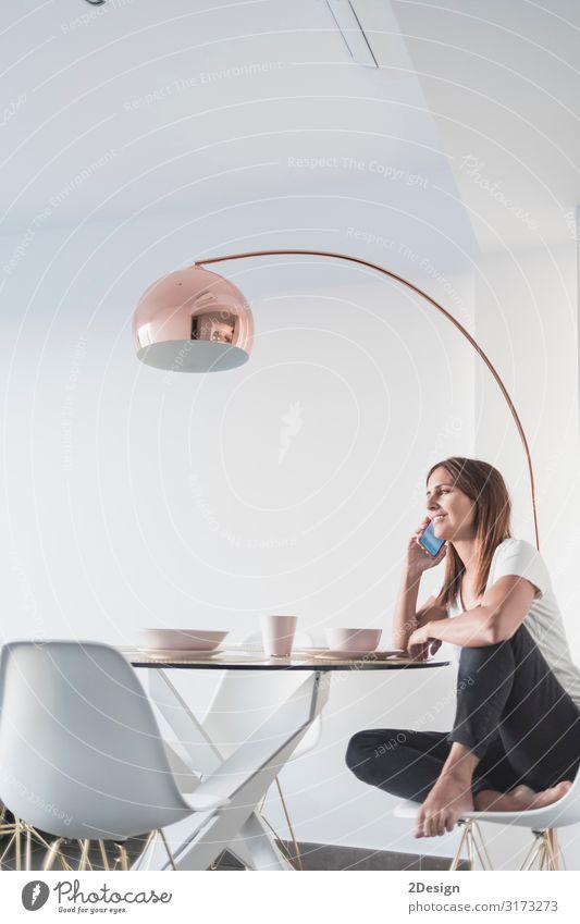 Frau Mensch Jugendliche Junge Frau schön Haus Erholung Lifestyle Erwachsene feminin Glück Wohnung modern Technik & Technologie Lächeln sitzen