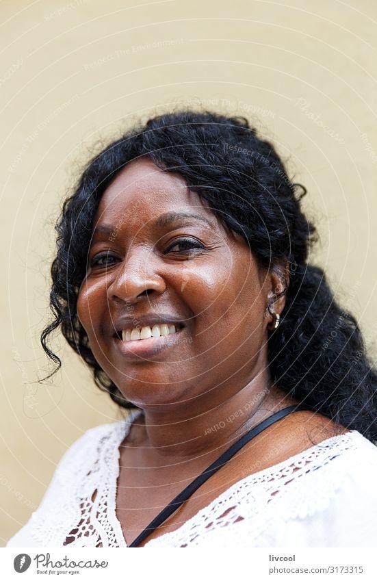 Kubanische Frau auf gelbem Hintergrund Lifestyle Stil Glück schön Leben Ferien & Urlaub & Reisen Ausflug Insel Mensch feminin Erwachsene Kopf Haare & Frisuren
