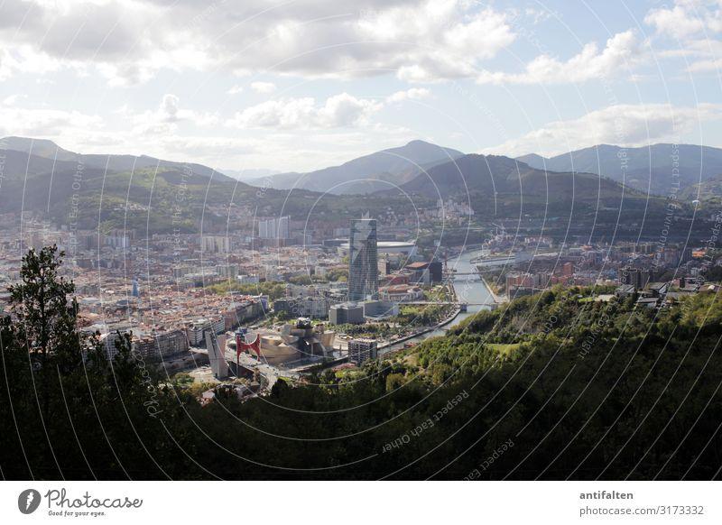 In weiter Ferne Bilbao Stadt Guggenheim Museum Außenaufnahme Architektur Himmel Menschenleer Tag Stadtzentrum Tourismus Berge u. Gebirge