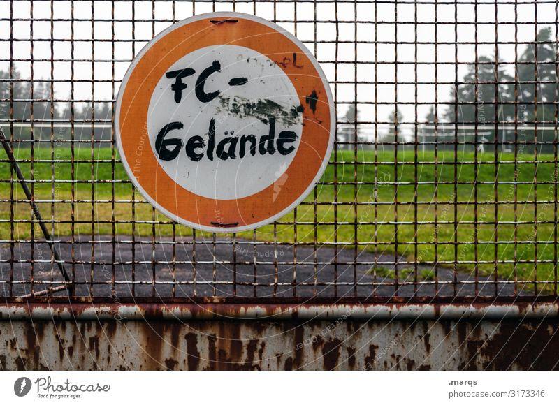 Talentschmiede Freizeit & Hobby Sport Ballsport Sportstätten Fußballplatz Wiese Zaun Fußballvereine Metall Hinweisschild Warnschild Verkehrszeichen Graffiti