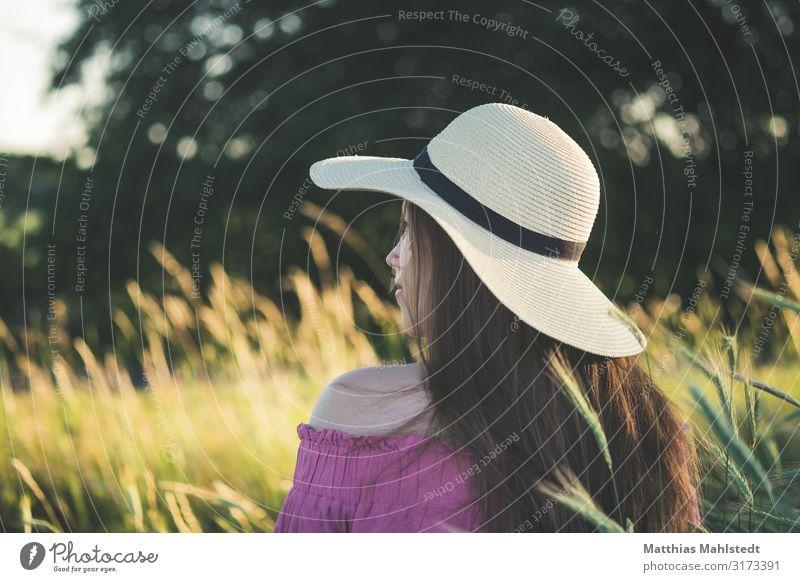 Junge Frau mit Sonnenhut Mensch feminin Jugendliche Erwachsene 1 18-30 Jahre Mode Hut brünett langhaarig beobachten Blick Freundlichkeit schön natürlich gelb