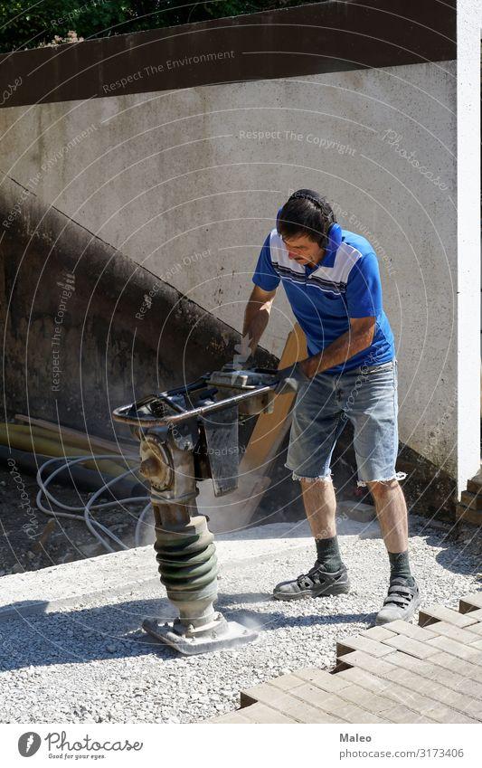 Bauarbeiter arbeitet mit einer Stampfmaschine kompakt Konzentration verdichter Baustelle Auftraggeber Bordsteinkante Arbeit & Erwerbstätigkeit Gerät