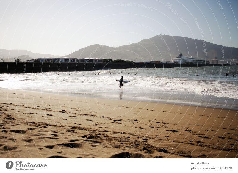 Junger Surfer am Strand von Getxo/Bilbao Spanien strand bilbao surfer Meer Wellen Küste Wassersport Außenaufnahme Farbfoto Ferien & Urlaub & Reisen Sport Sommer
