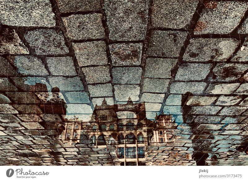 Reflexion Pfütze Breslau Polen Altstadt Menschenleer Haus Bauwerk Gebäude Architektur Fassade Balkon Fenster Dach Sehenswürdigkeit Straße Stadt