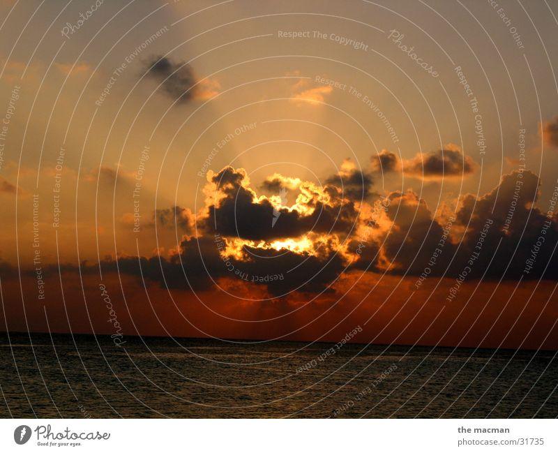 Hinter den Wolken... Sonne Meer Wolken Stimmung Sonnenuntergang