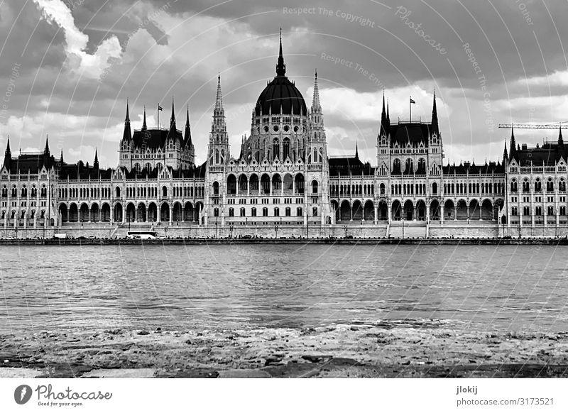 Parlament Budapest Ungarn Stadt Hauptstadt Stadtzentrum Haus Palast Burg oder Schloss Bauwerk Gebäude Architektur Fassade Fenster Dachgiebel Turm