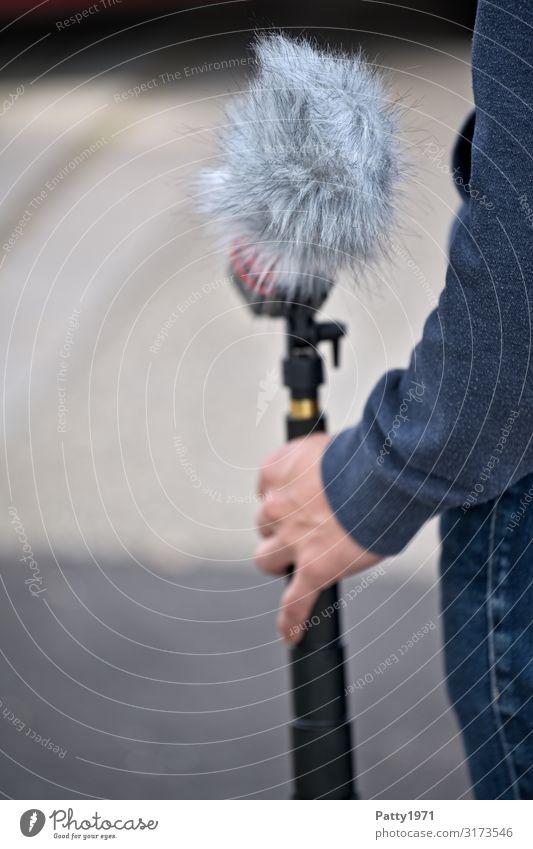 Junger Mann hält Mikrofon mit Windschutz Medienbranche Dreharbeit Fell Unterhaltungselektronik Podcast Mensch maskulin Arme Hand 1 18-30 Jahre Jugendliche