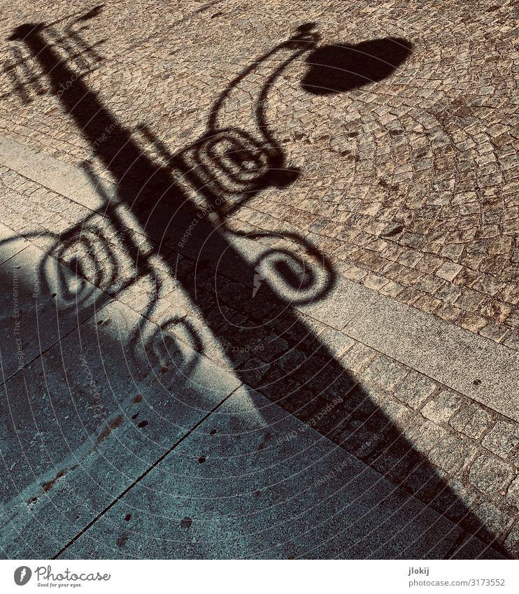 Schatterne Stadt Altstadt Menschenleer Straßenbeleuchtung Schatten Pflastersteine alt Elektrizität Licht Energie Energiewende Gedeckte Farben Außenaufnahme Tag