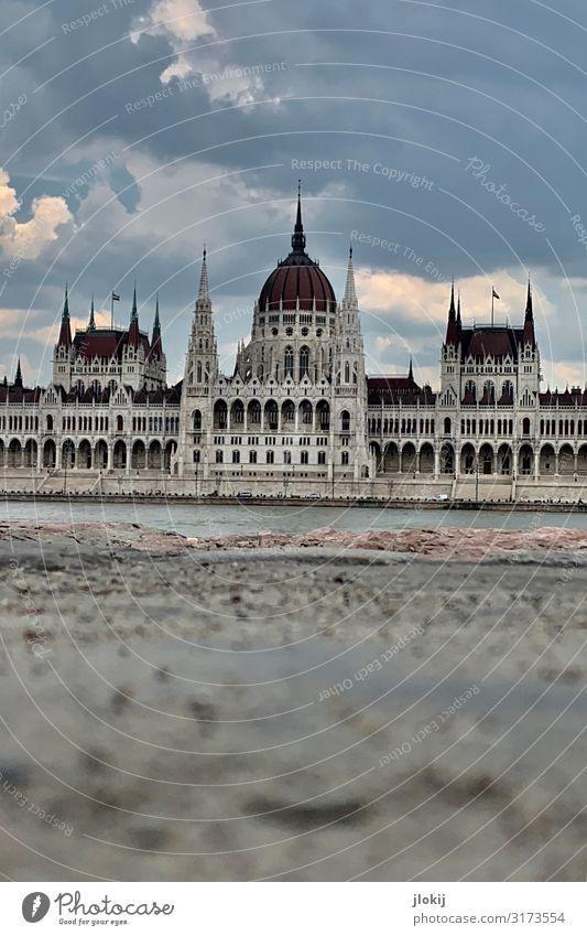 Parliament Wasser Flussufer Budapest Ungarn Hauptstadt Stadtzentrum Altstadt Menschenleer Haus Palast Bauwerk Architektur Fassade Turm Dachgiebel