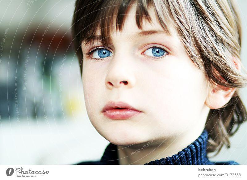 . Liebe Sohn Porträt Kontrast Licht Tag Nahaufnahme Sorge Sehnsucht nachdenklich intensiv ernst Farbfoto Innenaufnahme Lippen Mund Auge Gesicht Kindheit Junge