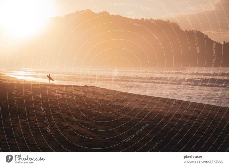Wellenreiten gehen Strand Meer Wassersport 1 Mensch 18-30 Jahre Jugendliche Erwachsene Sand Sonne Sonnenaufgang Sonnenuntergang Sonnenlicht Küste Bucht Sport