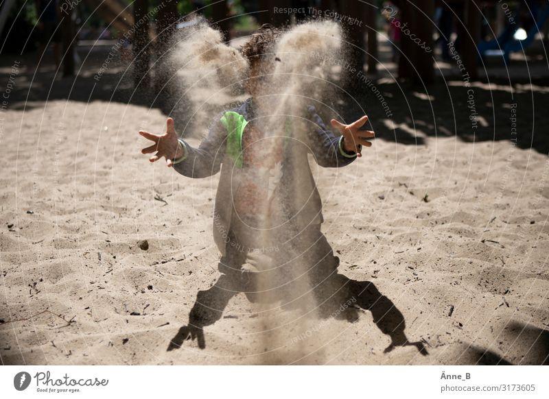 Sa(nd)lamander – Kind wirft Sand hoch in die Luft Hand 1 Mensch Tanzen Sturm Park Strand Wüste Fährte Echte Eidechsen Salamander Lurch Spielen werfen trocken