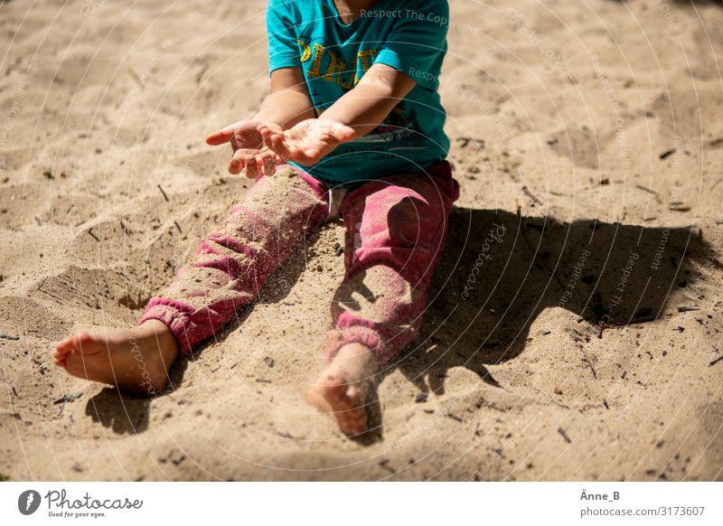 Sand in der Hand Spielen Ferien & Urlaub & Reisen Ausflug Strand Strandbar Sanduhr Sommer Park gelb Freude Beine Arme Fuß Außenaufnahme Licht Schatten Kontrast