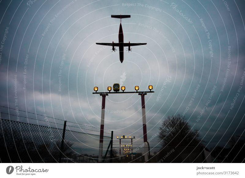 Im Anflug Ferien & Urlaub & Reisen Wolken leuchten authentisch Flugzeugstart Unwetter Flugzeuglandung schlechtes Wetter Landebahn Tegel Propellerflugzeug