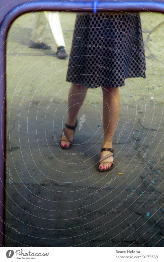 Zeigt her eure Füße - oder findet hier Stalking statt? Verfolgung Spaziergang Spiegel Männerfüße Frauenfüße Sandalen Eleganz Stadtbegegnungn Sommer Beine Schuhe