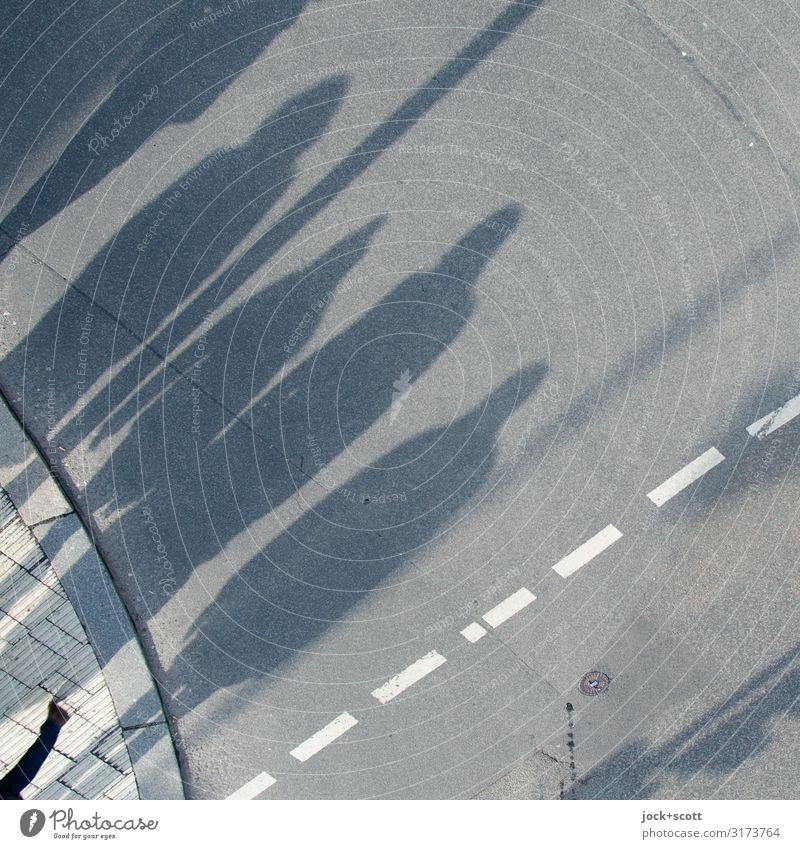 Schattenwurf auf offener Straße mit 5 Mensch Menschengruppe Berlin Stadtrand Personenverkehr Fußgänger Fahrbahnmarkierung Bordsteinkante Asphalt gehen lang