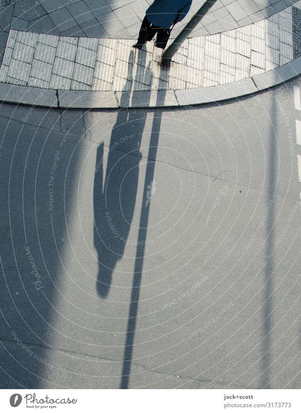 Schattenwurf auf offener Straße feminin 1 Mensch Schönes Wetter Berlin Verkehrswege Personenverkehr Fußgänger Bürgersteig Bordsteinkante Asphalt Streifen gehen