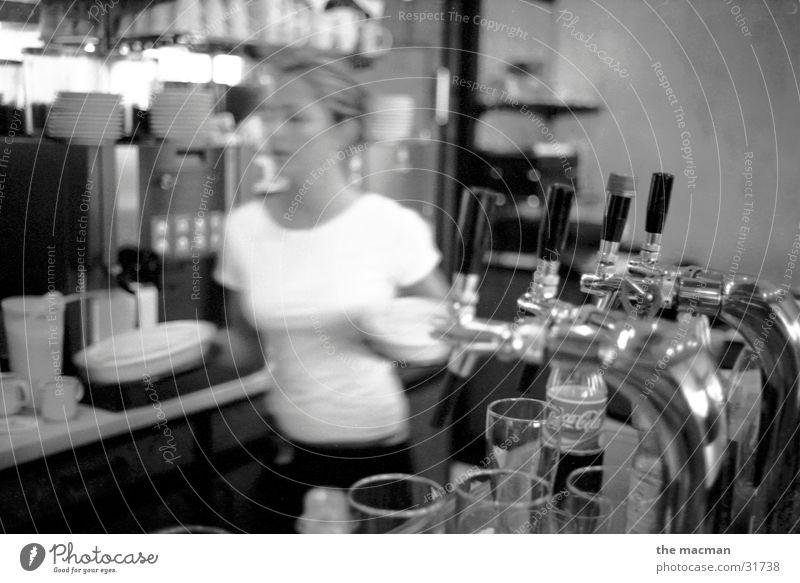 im Bistro Straßencafé Gastronomie Kellner Feierabend Bar feminin Ernährung Kneipe Schwarzweißfoto Restaurante
