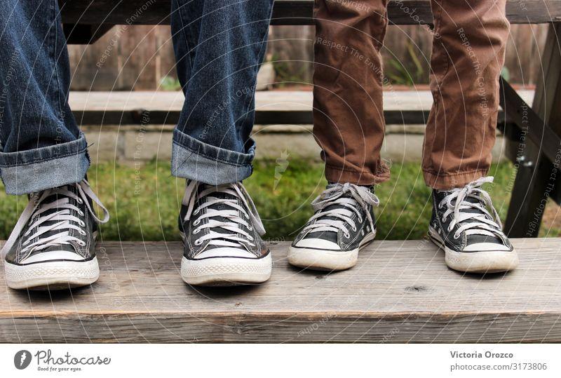 Vater & Sohn Lifestyle Stil Mensch Junge Erwachsene Familie & Verwandtschaft Beine 2 8-13 Jahre Kind Kindheit 30-45 Jahre Jugendkultur Schönes Wetter Gras Mode