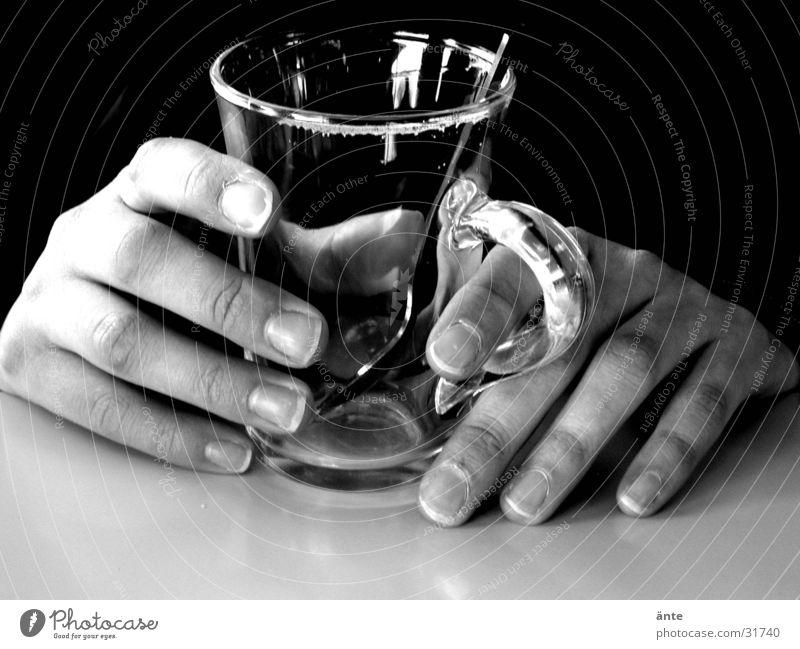 Hände aus dem Dunkel Mensch Hand ruhig dunkel Glas warten Tisch leer Pause festhalten berühren Tee Konzentration dünn Tasse Stillleben