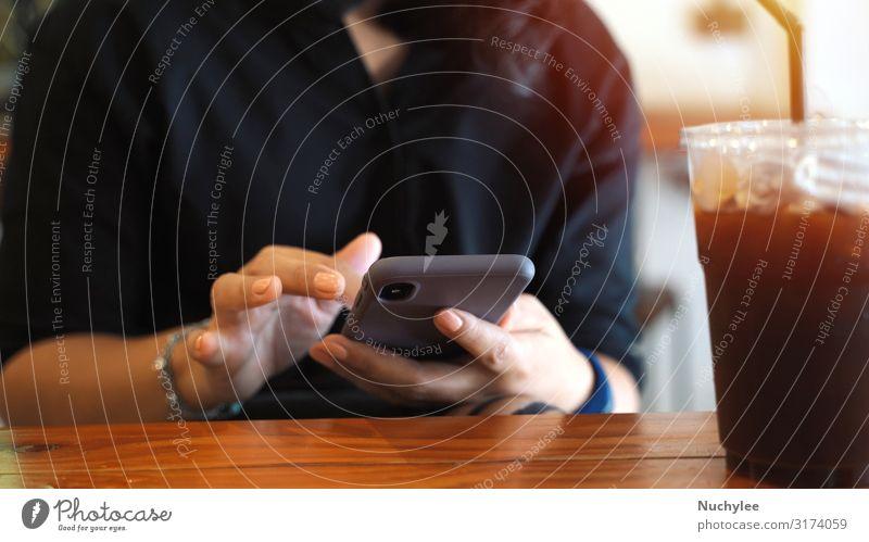 Junge Kundin nutzt Smartphone beim Eiskaffee Kaffee Lifestyle Stil schön Erholung Sommer Tisch Restaurant Arbeit & Erwerbstätigkeit Business Telefon Handy PDA