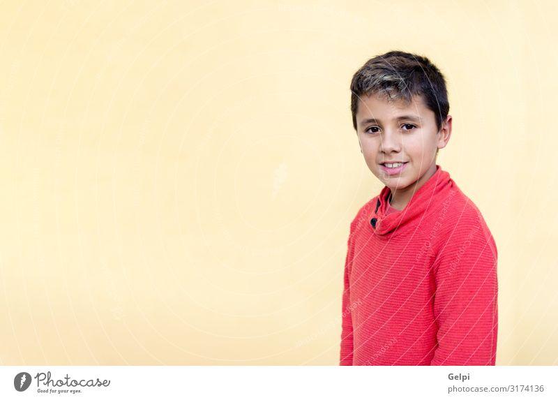 Glücklicher Typ mit rotem Trikot Lifestyle Stil Freude Gesicht Leben Freiheit Kind Mensch Junge Mann Erwachsene Jugendliche Kultur Mode Coolness Fröhlichkeit