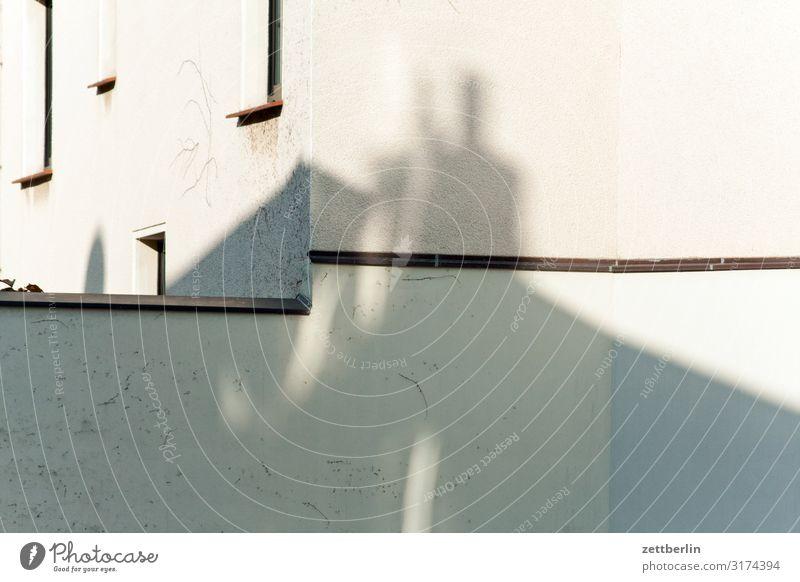 Fassade in der Sonne Haus Wohnhaus Häusliches Leben Wohngebiet Mauer Wand Fenster Licht Schatten Lichtfleck Sims Menschenleer Textfreiraum