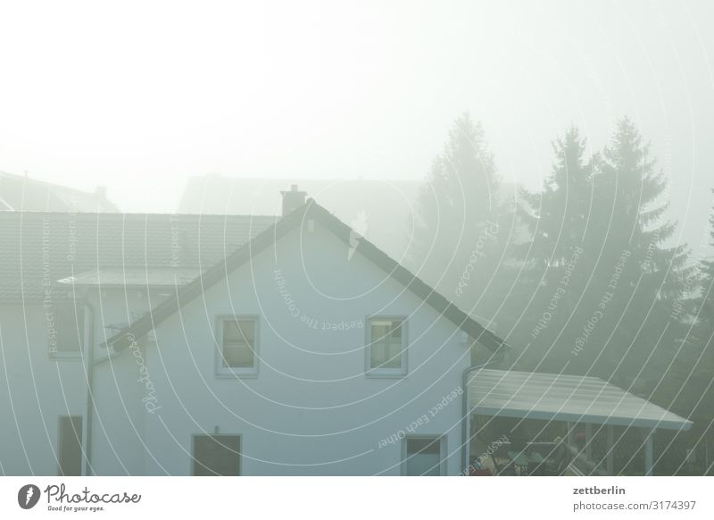 Haus im Nebel Dunst Herbst Herbstfärbung Herbstprogramm Landschaft Menschenleer Morgen Perspektive Ferne Sonne Textfreiraum Wetter Winter Wintermorgen Wohnhaus